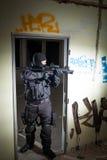Anti-terroristenhetspolis under nattbeskickningen Royaltyfri Fotografi