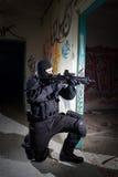 Anti-terroristenhetspolis under nattbeskickningen Arkivbilder