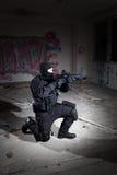 Anti-terroristenhetspolis under nattbeskickningen Royaltyfria Bilder