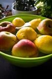 Anti traitement de fruit de pesticides dans la cuisine à la maison Photographie stock