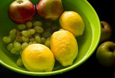 Anti traitement de fruit de pesticides dans la cuisine à la maison Photos stock