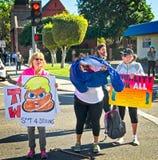 Anti-troefberichten bij de 2018 Vrouwen ` s Maart in Santa Ana Royalty-vrije Stock Foto