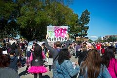 Anti--trumf meddelanden på mars för ` s för 2018 kvinnor i Santa Ana Fotografering för Bildbyråer