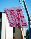 Anti--trumf meddelanden på mars för ` s för 2018 kvinnor i Santa Ana Arkivbilder