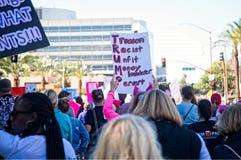 Anti--trumf meddelanden på mars för ` s för 2018 kvinnor i Santa Ana Royaltyfria Bilder