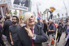 Anti--trumf person som protesterar som förställas som trumf Royaltyfri Fotografi