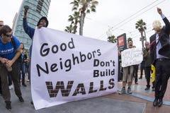 Anti--trumf personer som protesterar mot väggen Royaltyfri Fotografi