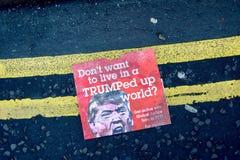 Anti--trumf protestbroschyr Arkivfoto
