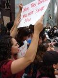 Anti--trumf samlar, din Tiki Torches Will Not Save dig, NYC, NY, USA Arkivbild