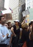 Anti--trumf samlar, fördömer nazister och vit övermakt, NYC, NY, USA Fotografering för Bildbyråer