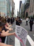 Anti-Trumpf-Sammlung, Vorführer und Polizei, NYC, NY, USA Lizenzfreies Stockbild