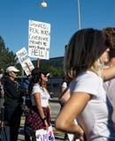 Anti-Trumpfmitteilungen am 2018 Frauen ` s März in Santa Ana Lizenzfreie Stockfotos
