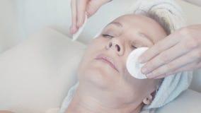 Anti-veroudert wellnessbehandelingen voor de huid van een vrouwen` s gezicht stock footage