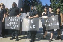 Anti-war protesteerder in het zwarte marcheren bij verzameling Stock Foto