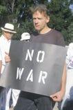 Anti-war protesteerder in zwarte Stock Foto's