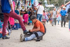 ANTIAGUA, ΓΟΥΑΤΕΜΑΛΑ - 11 ΝΟΕΜΒΡΊΟΥ 2017: Τεράστια αγορά στη Αντίγκουα, Γουατεμάλα Η Αντίγκουα είναι διάσημη για τα ισπανικά αποι Στοκ εικόνα με δικαίωμα ελεύθερης χρήσης