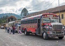 ANTIAGUA, GUATEMALA - NOVEMBER 11, 2017: AntiguaBusstation, dicht bij de Stad van Guatemala Beroemde Kippenbus op Achtergrond Ant Stock Afbeeldingen