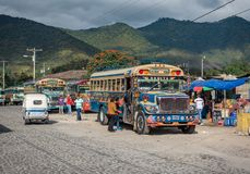 ANTIAGUA, GUATEMALA - NOVEMBER 11, 2017: AntiguaBusstation, dicht bij de Stad van Guatemala Beroemde Kippenbus op Achtergrond Ant Stock Afbeelding