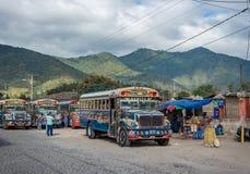 ANTIAGUA, GUATEMALA - NOVEMBER 11, 2017: AntiguaBusstation, dicht bij de Stad van Guatemala Beroemde Kippenbus op Achtergrond Ant Stock Fotografie