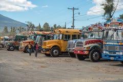 ANTIAGUA, GUATEMALA - NOVEMBER 11, 2017: AntiguaBusstation, dicht bij de Stad van Guatemala Beroemde Kippenbus op Achtergrond Ant Stock Foto's