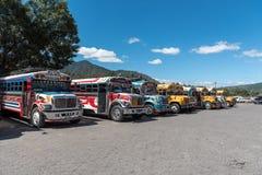 ANTIAGUA, GUATEMALA - NOVEMBER 14, 2017: AntiguaBusstation, dicht bij de Stad van Guatemala Beroemde Kippenbus op Achtergrond Ant Stock Foto's