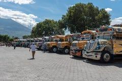 ANTIAGUA, GUATEMALA - NOVEMBER 14, 2017: AntiguaBusstation, dicht bij de Stad van Guatemala Beroemde Kippenbus op Achtergrond Ant Stock Afbeeldingen