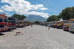 ANTIAGUA, GUATEMALA - NOVEMBER 14, 2017: AntiguaBusstation, dicht bij de Stad van Guatemala Beroemde Kippenbus op Achtergrond Ant Royalty-vrije Stock Foto's