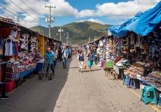 ANTIAGUA GUATEMALA - NOVEMBER 11, 2017: Enorm marknad i Antigua, Guatemala Antigua är berömd för dess spanska koloniala byggnader Fotografering för Bildbyråer