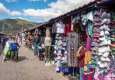 ANTIAGUA GUATEMALA - NOVEMBER 11, 2017: Enorm marknad i Antigua, Guatemala Antigua är berömd för dess spanska koloniala byggnader Arkivbild