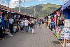 ANTIAGUA GUATEMALA - NOVEMBER 11, 2017: Enorm marknad i Antigua, Guatemala Antigua är berömd för dess spanska koloniala byggnader Royaltyfri Foto