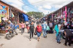ANTIAGUA GUATEMALA - NOVEMBER 11, 2017: Enorm marknad i Antigua, Guatemala Antigua är berömd för dess spanska koloniala byggnader Royaltyfri Bild