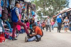 ANTIAGUA GUATEMALA - NOVEMBER 11, 2017: Enorm marknad i Antigua, Guatemala Antigua är berömd för dess spanska koloniala byggnader Royaltyfri Fotografi