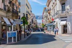 ` Antibes för Rue D i Cannes, Frankrike Arkivfoto