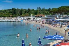 Antibes, França - 12 de junho de 2018: Praia e baía de Garoupe no verão Muitos povos apreciam a areia e o mar neste lugar idílico imagens de stock
