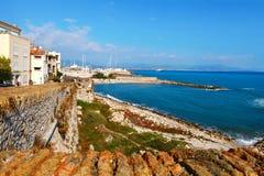 Antibes, Frankrijk - Oktober 17, 2011: Oude muren van Antibes dichtbij het overzees, Franse Riviera Stock Afbeelding