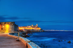 Antibes vid natt. Royaltyfri Foto