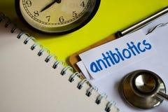 Antibióticos en la inspiración del concepto de la atención sanitaria en fondo amarillo imagenes de archivo