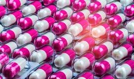 Antibiotikum-Kapselpillen der Nahaufnahme rosa-weiße in der Blisterpackung Antibiotischer Widerstand viele Flaschen Medizin Globa Lizenzfreies Stockbild