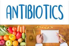 ANTIBIOTIQUES CONCEPT et antibiotiques - mélange imprimé de diagnostic photos libres de droits