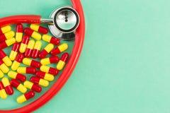 Antibiotiques et stéthoscope rouges et jaunes photo stock