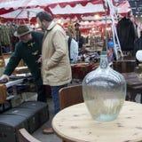 Antic Markt Spitalfields Alte Flaschen und Apothekengläser auf hölzernen Kommode für Verkauf Lizenzfreie Stockfotografie