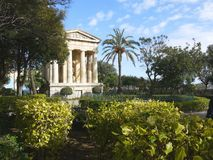 Antic Monument im Garten, alte Mitte La Valleta-Stadt, Malta Stockbilder