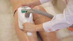 Anticellulite e terapia di sollevamento con cosmetologia dell'hardware stock footage