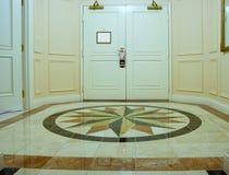 Antichambre met mozaïek marmeren vloer Stock Fotografie