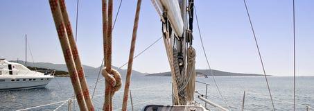 Anticipar a bordo de um sailboat Fotos de Stock