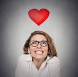 Anticipation de proposition Femme géniale à l'arrière-plan de gris d'amour Photos stock