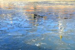 Anticipation de ressort Réflexion de cathédrale et de tour de Kremlin dans les eaux de la rivière de Moscou photographie stock