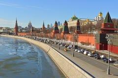 Anticiperen van de lente Moskou het Kremlin en de Dijk van het Kremlin stock afbeelding