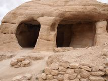 Antico frani le montagne della caverna di Petra Jordan Fotografie Stock