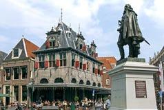 Antico pesi la casa ed i turisti in città olandese Hoorn Fotografia Stock